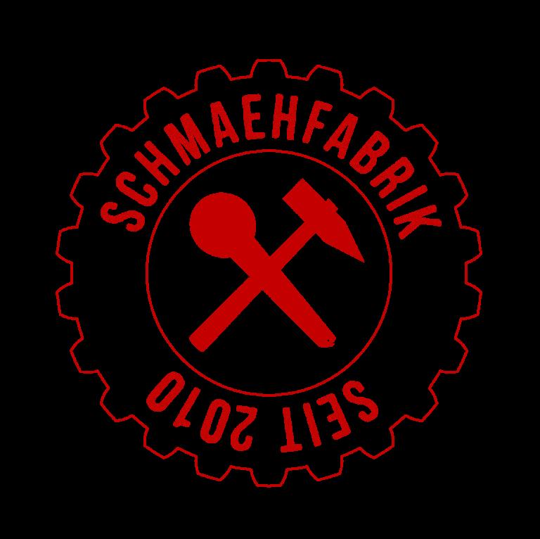 """Abb. Logo Schmähfabrik in From eines Zahnrades. In der Mitte Mirkofun und Hammer gekreuzt. Obere Beschriftung im Zahnrad: """"Schmähfabrik"""", unter Beschriftung (auf dem Kopf stehend): """"Seit 2010""""."""